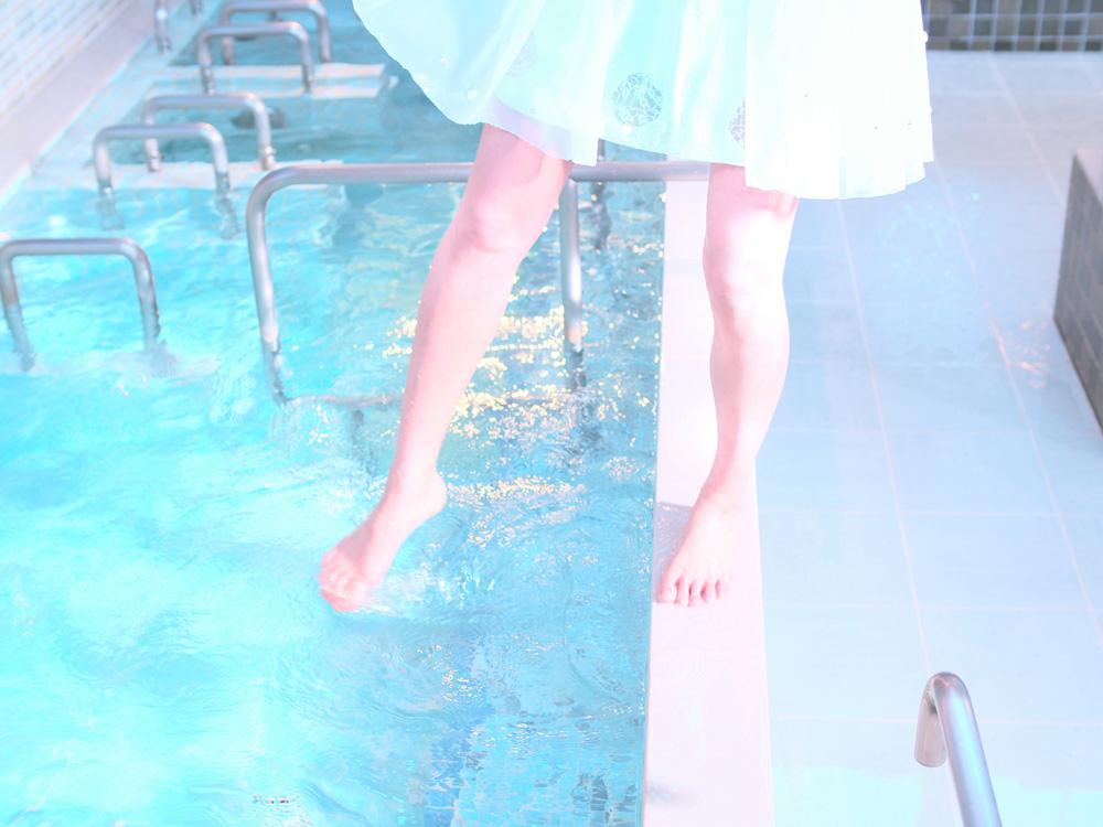 湯船と少女の足元