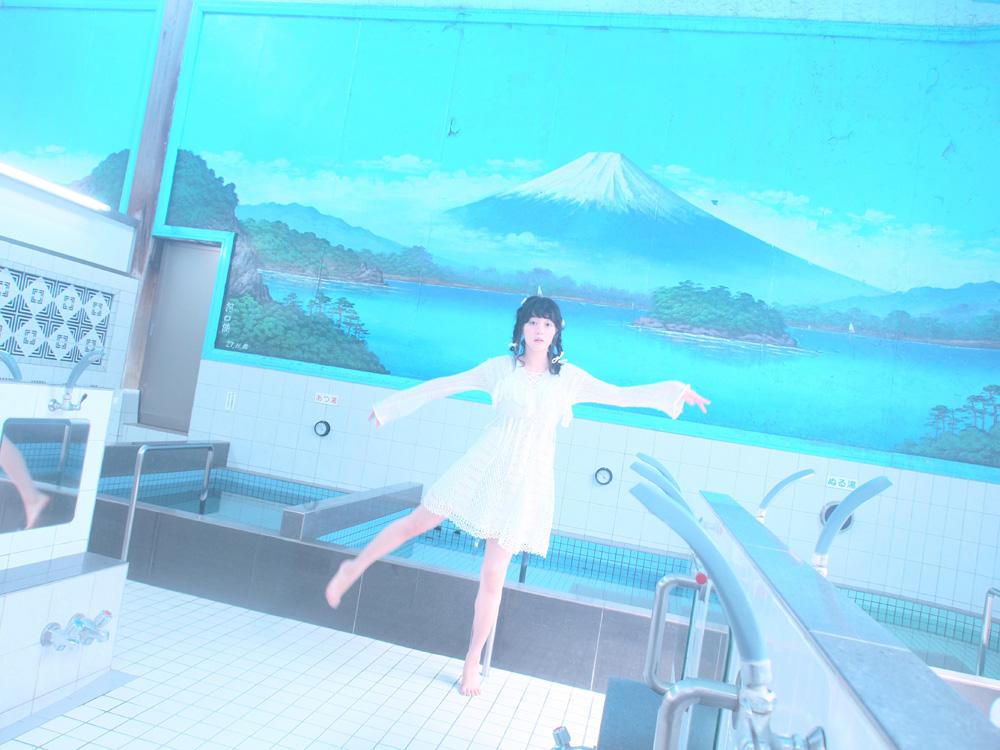 稲荷湯の富士山と瀬戸かほ
