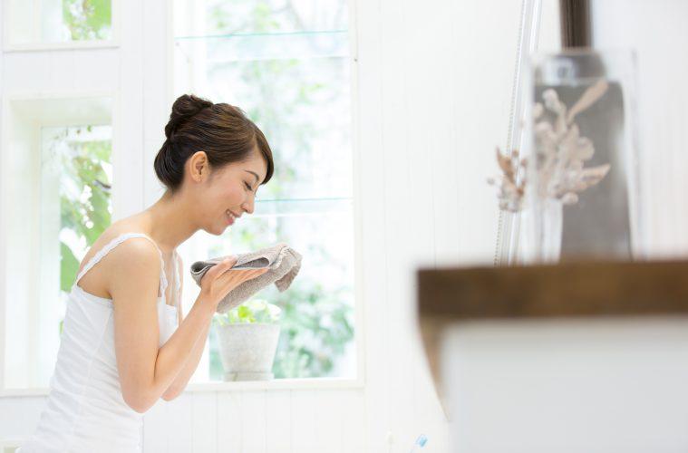 鏡の前で洗顔する女性