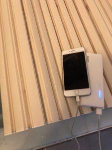 モバイルバッテリーを使っているスマートフォン