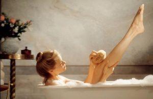 お風呂で体をほぐしている写真