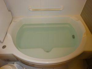 重曹投入から一晩おいた浴槽の画像