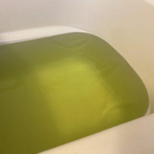 バスソルトを入れて浴槽を混ぜた後の写真
