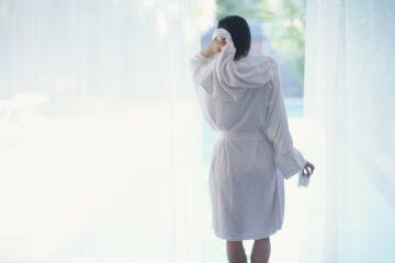バスローブを着ている女性