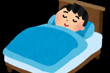 ベッドで寝る男の子